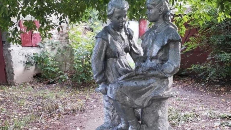 "Скульптура ""Школьницы"""