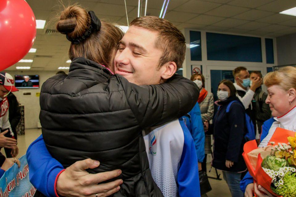 Алтайских паралимпийцев встретили в аэропорту Барнаула с цветами и фейерверком
