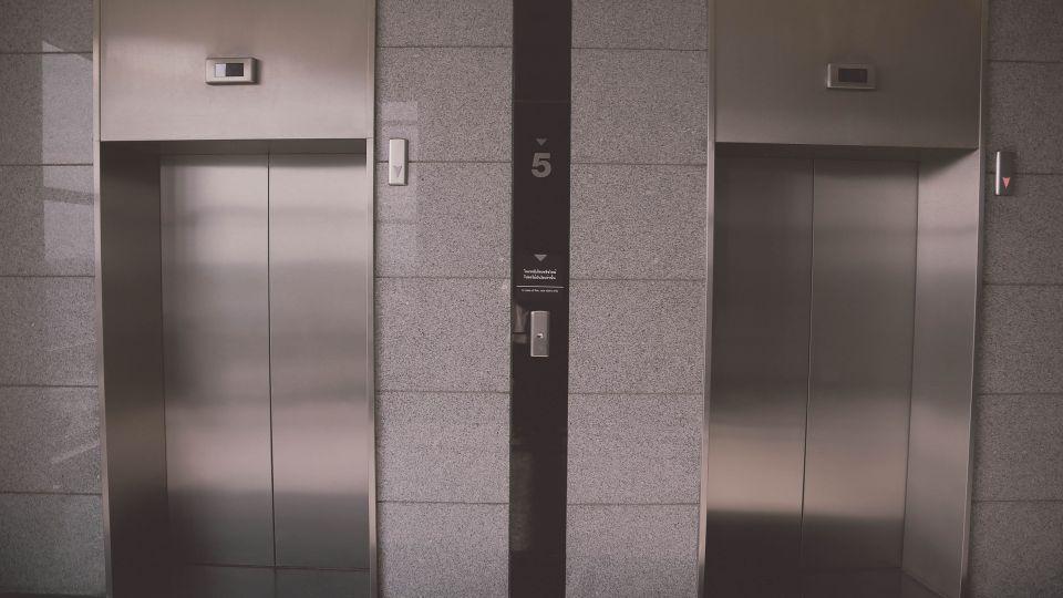 Лифт. Многоэтажный дом