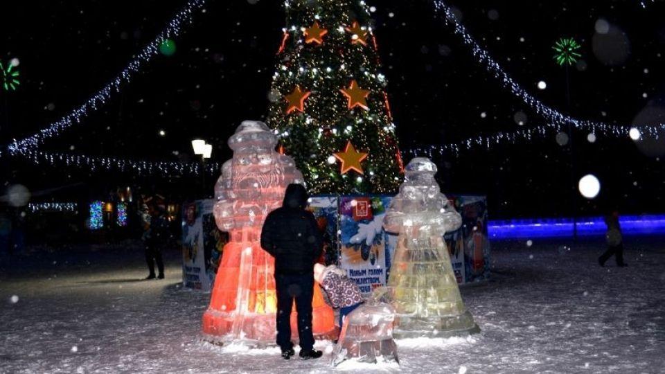 Снежный городок на площади Германа Титова в Барнауле