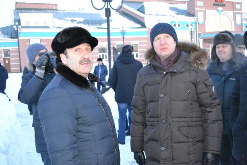 Виктор Томенко и Дмитрий Фельдман проверяют, как убирают снег в Рубцовске  Фото:Алексей Кучерявых