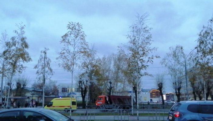 КамАЗ сбил велосипедиста в Барнауле вечером 23 октября