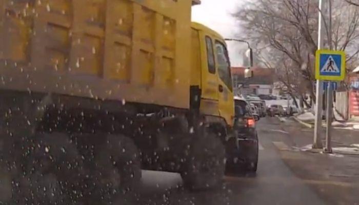 КамАЗ снес легковушку в Барнауле, чтобы не наехать на пешеходов