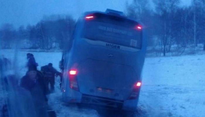 Автобус съехал в кювет на трассе Барнаул-Павловск вечером 5 ноября