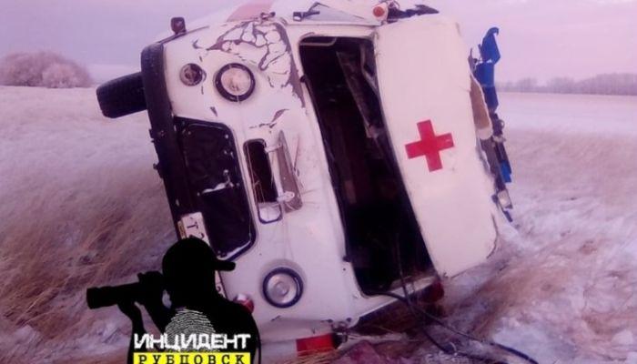 Машина скорой помощи перевернулась на алтайской трассе