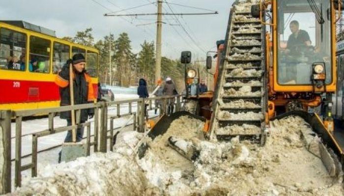 Последствия снежной бури продолжают устранять в Барнауле