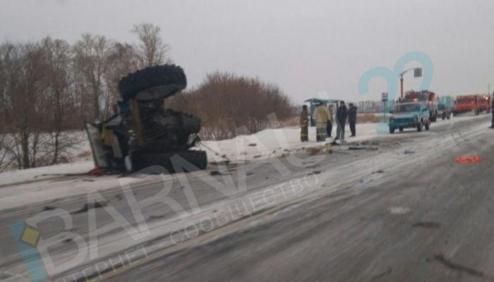 Трактор разорвало пополам в результате столкновения с КамАЗом на Алтае
