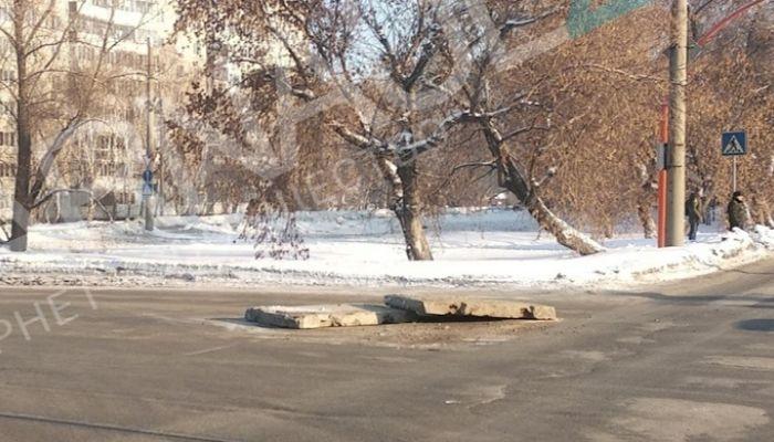 Бетонные плиты выпали из КамАЗа на дорогу в Барнауле