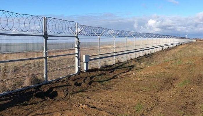 Стену с сигнализацией возвели на границе Крыма и Украины