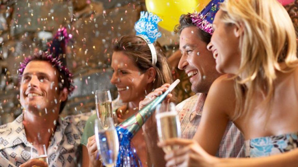 Новый год шагает по стране: где и во сколько встречают праздник в России