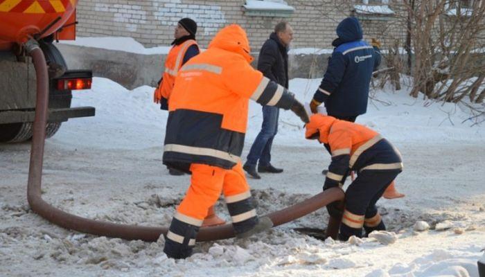 Как коммунальщики устраняют аварию на ул. 1-й Западной в Барнауле. Фоторепортаж