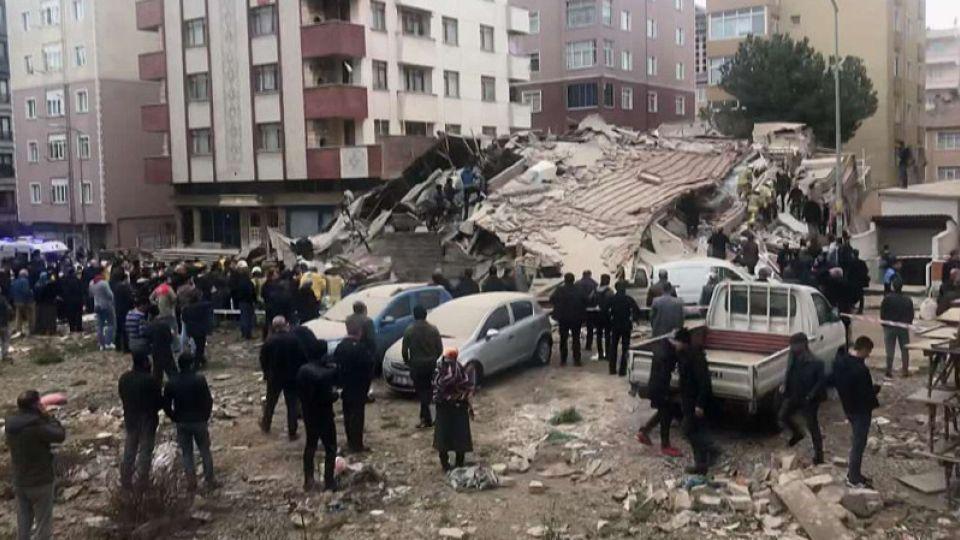 Восьмиэтажный дом обрушился в Стамбуле