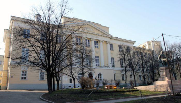 СМИ: студентка хотела выброситься из окна корпуса МГУ