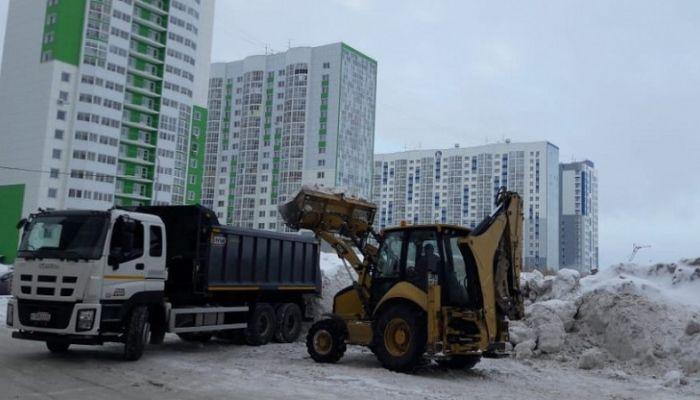 В ожидании паводка: в Барнауле начали вывозить снег с улиц