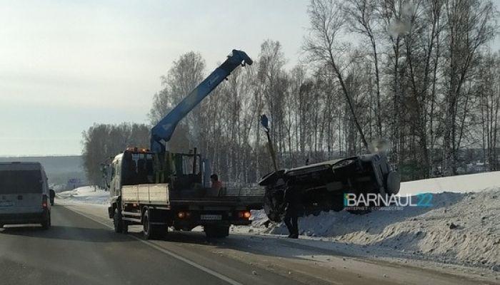 Водителей предупреждают о гололеде на алтайской трассе: несколько машин в кювете