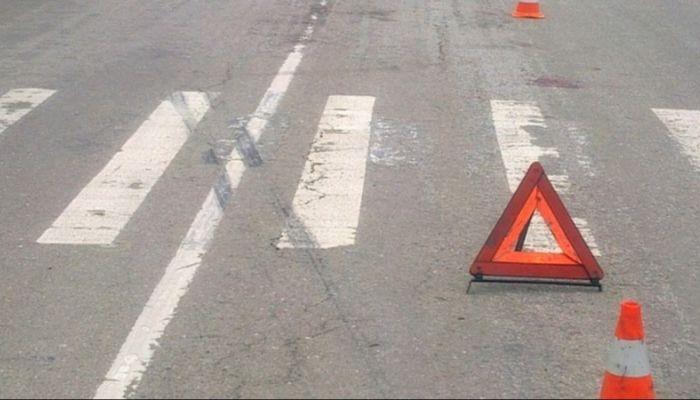 Один погиб, двое в больнице: иномарка сбила группу рабочих на трассе в Барнауле