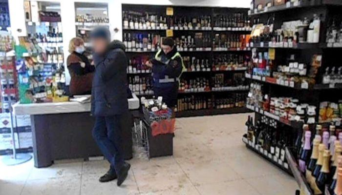 Мужчина украл из магазина в Барнауле дорогой виски и укатил на иномарке