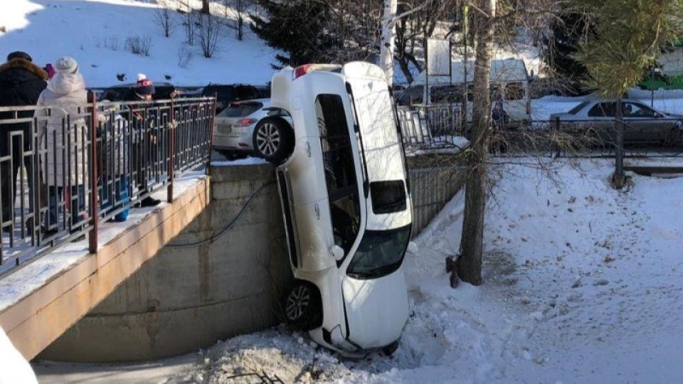 Автокран уронил джип с моста при эвакуации в Белокурихе