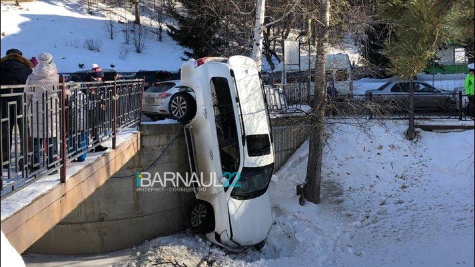 В ГИБДД рассказали подробности ДТП с упавшим с моста джипом в Белокурихе