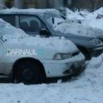 Упавший с крыши снег повредил автомобили в Барнауле