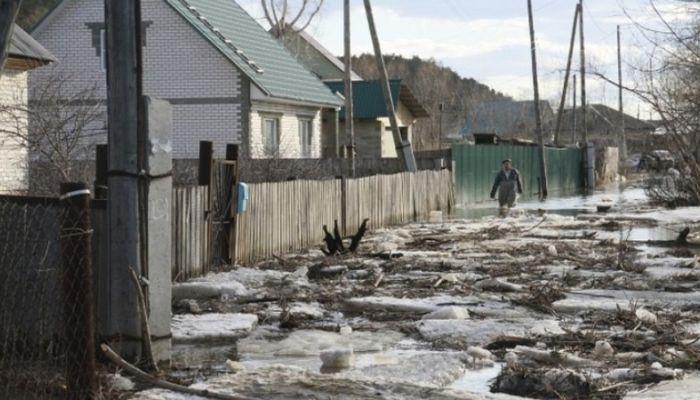 Талые воды начали топить частный сектор в Барнауле