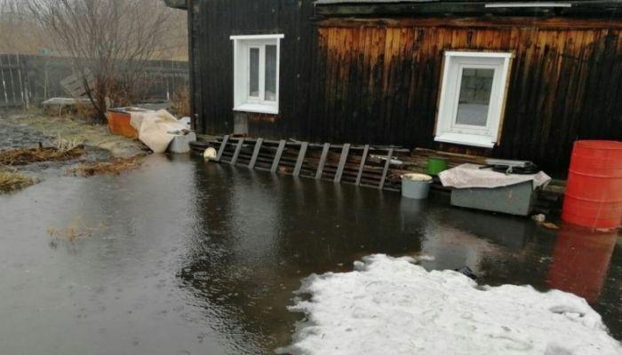 Жителям подтопленных в Барнауле домов привезли насосы для откачки воды