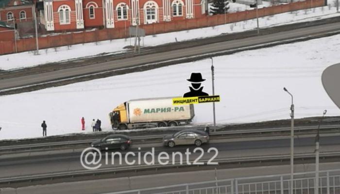 Фура съехала с мостового переезда в Барнауле