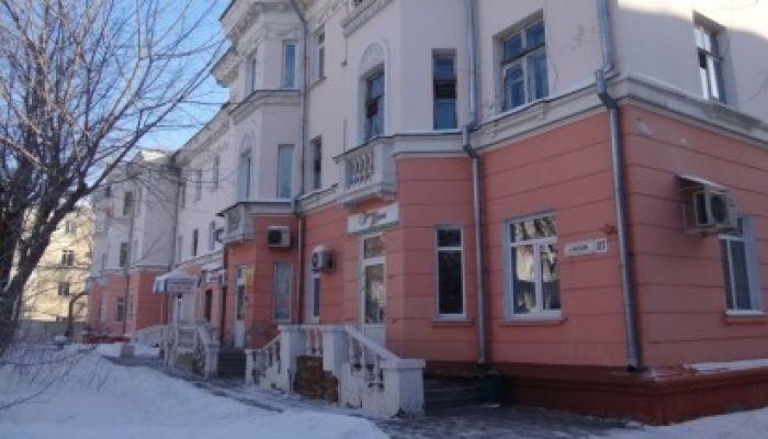 Глыба льда упала на двух подростков в Барнауле: Следком проводит проверку