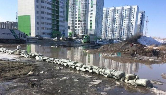 Новый квартал в Барнауле обложили мешками с песком из-за угрозы подтопления