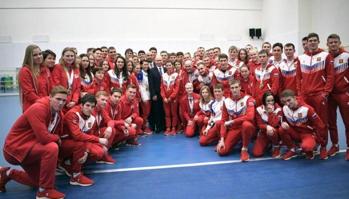Подвинься, такой здоровый: охранник помешал общению Путина со спортсменами