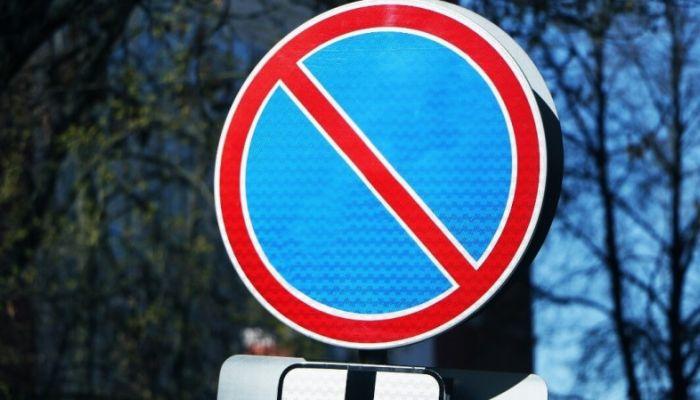 Ограничения на ночную парковку сняты на нескольких улицах Барнаула