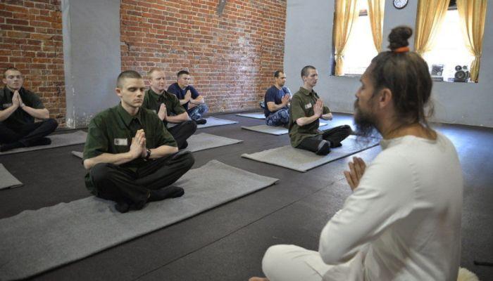 ФСИН отказалась запрещать йогу в СИЗО из-за жалобы Мизулиной