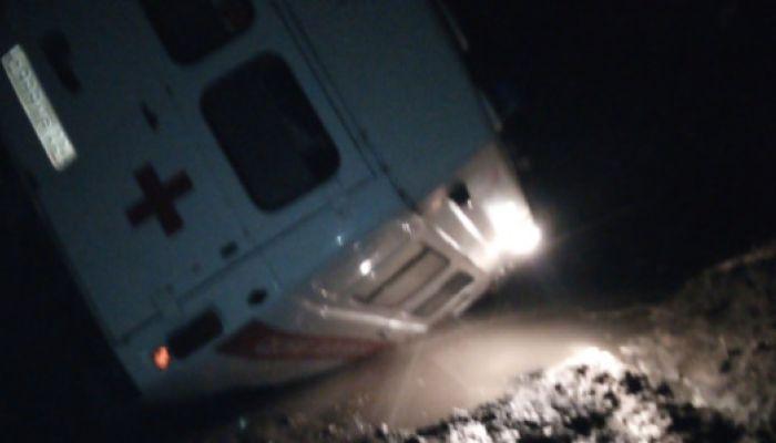 Машина скорой помощи провалилась в яму в Алтайском крае