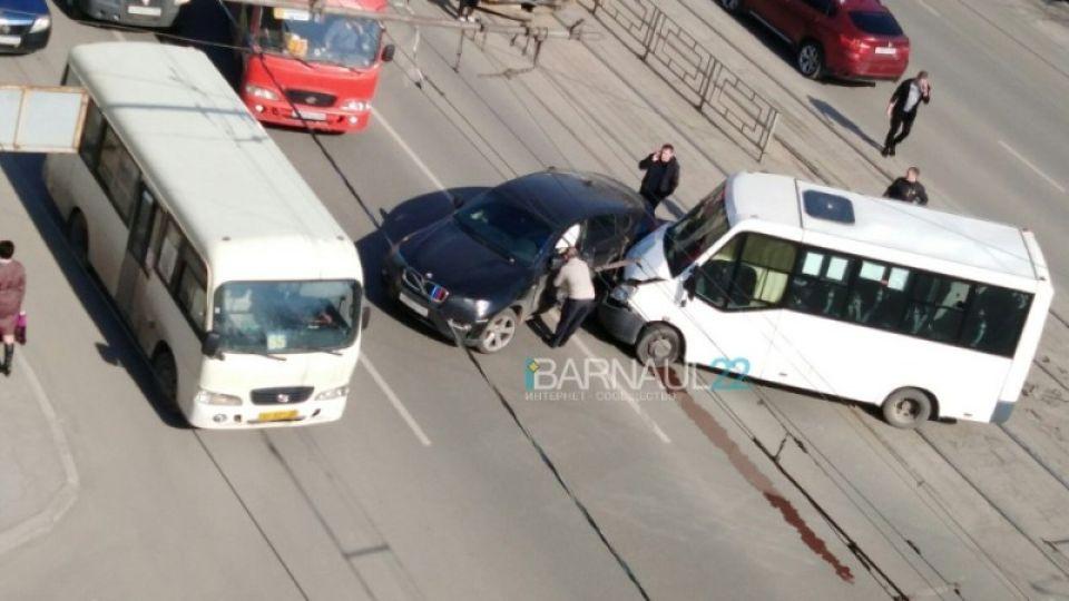 Женщина на BMW X6 врезалась в пассажирскую маршрутку в Барнауле