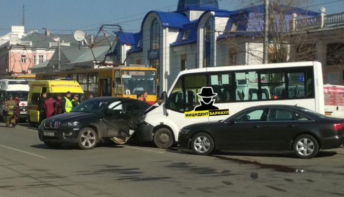 Количество пострадавших в ДТП с маршруткой в Барнауле выросло до восьми человек