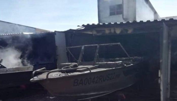 Несколько катеров сгорело в пожаре на причале в барнаульском поселке Восточный