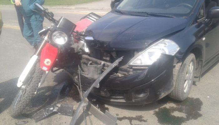 Мотоциклист в Бийске перелетел через автомобиль после столкновения с ним