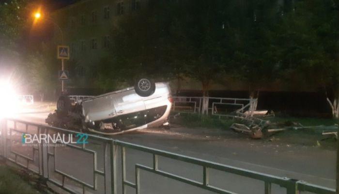 Иномарка после полицейской погони снесла ограждение и перевернулась в Барнауле