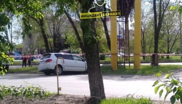 Автомобиль протаранил газовую трубу в Барнауле – специалисты устраняют утечку