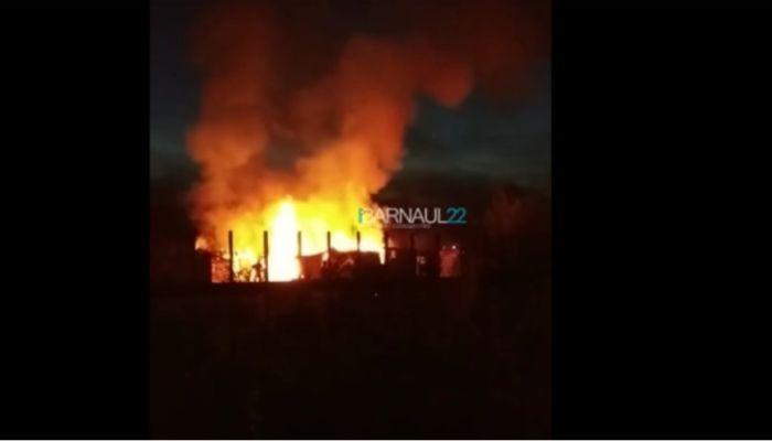 Пожар в Огоньках: пламя уничтожило хозпостройки в садоводстве Барнаула