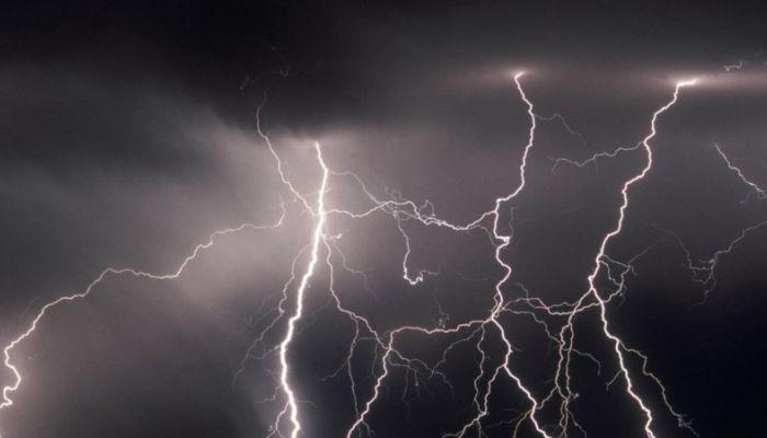 Молния убила 17-летнюю девочку в Новосибирской области