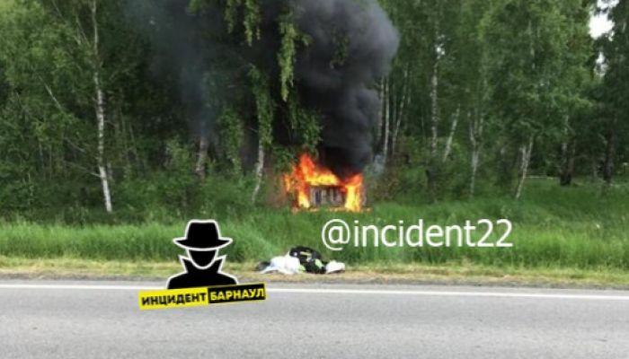Женщину и двух детей спасли из загоревшегося после ДТП авто на Алтае