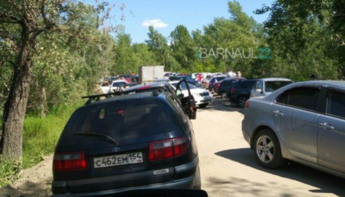 Соцсети: пробка из отдыхающих образовалась на дороге к пляжу Барнаула