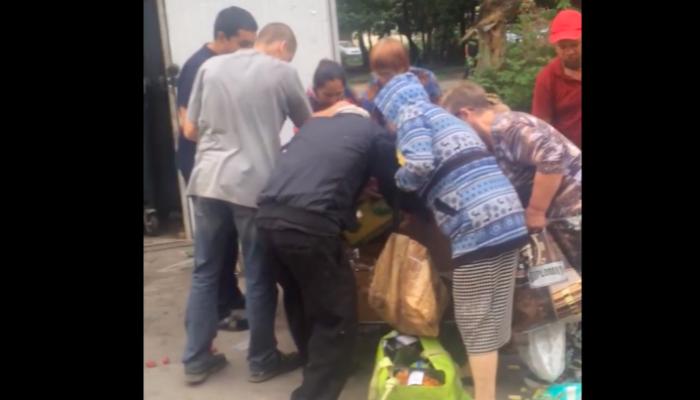 Лента прокомментировала видео с голодными новосибирцами у баков с просрочкой
