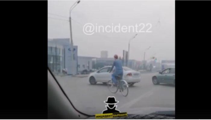 Велосипедист с ребенком шокировал автомобилистов на Павловском тракте в Барнауле