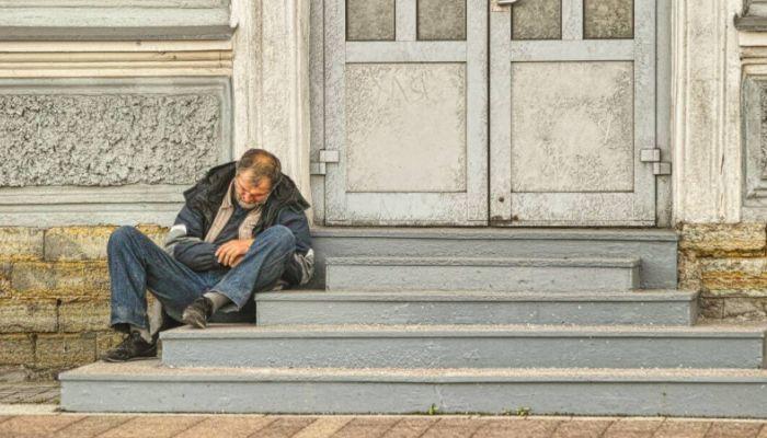 Пнувшую бездомного чиновницу Росреестра уволили в Перми