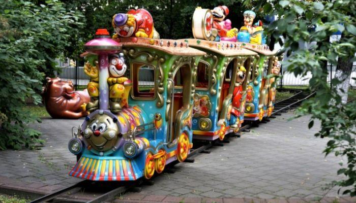 Ребенок попал под колеса детского паровозика в Саратове