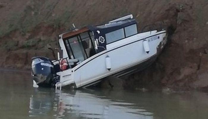 Катер с пассажирами врезался в берег в Иркутском водохранилище