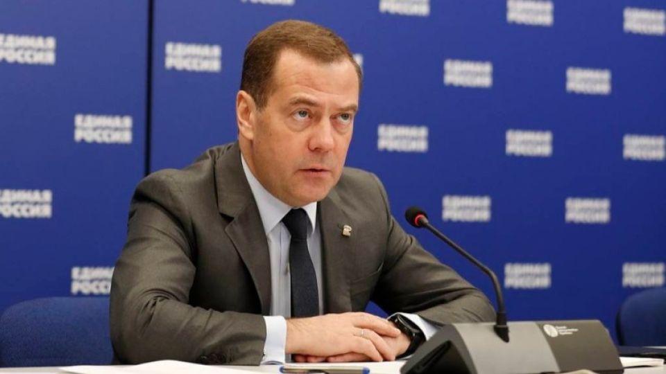 Медведев прокомментировал инцидент с упавшей на колени женщиной на Алтае