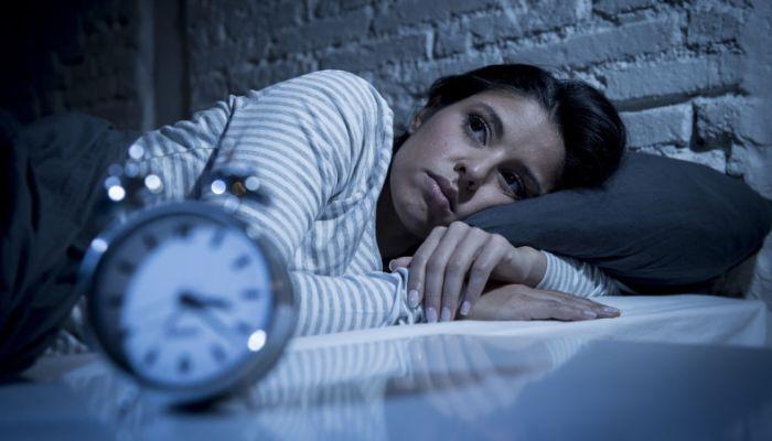 Сомнолог оценил сроки возобновления режима сна после праздников